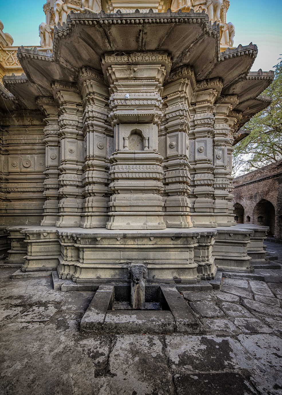 Changa Vateshwar Temple is a Shiva temple located  at the foothills of Purandar fort at Narayanpur near Saswad on the outskirts of Pune.