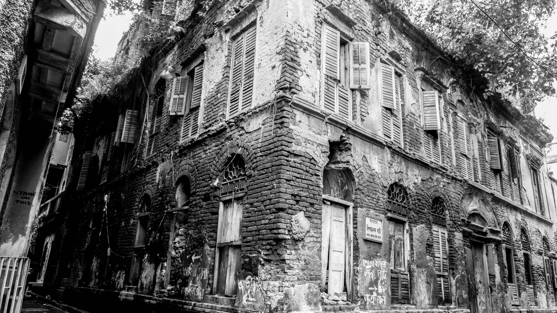 this picture was taken at sovabazar kolkata ... its a very oldest house..