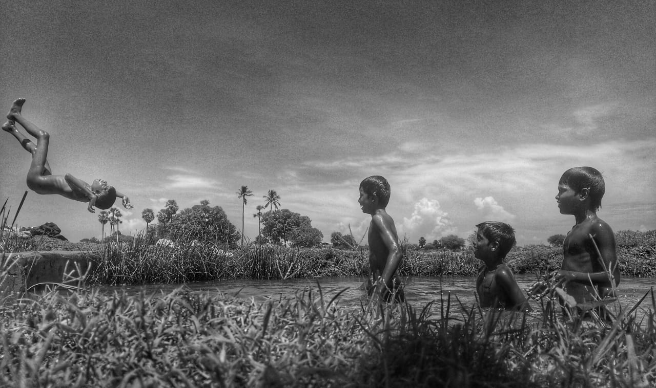 Those days in the village, children are fond of playing in the field and lake waters..they really enjoyed the time when they swim dive and played...those chill moments are missing nowadys.. playing in the fields are like a heavenly dream for them..