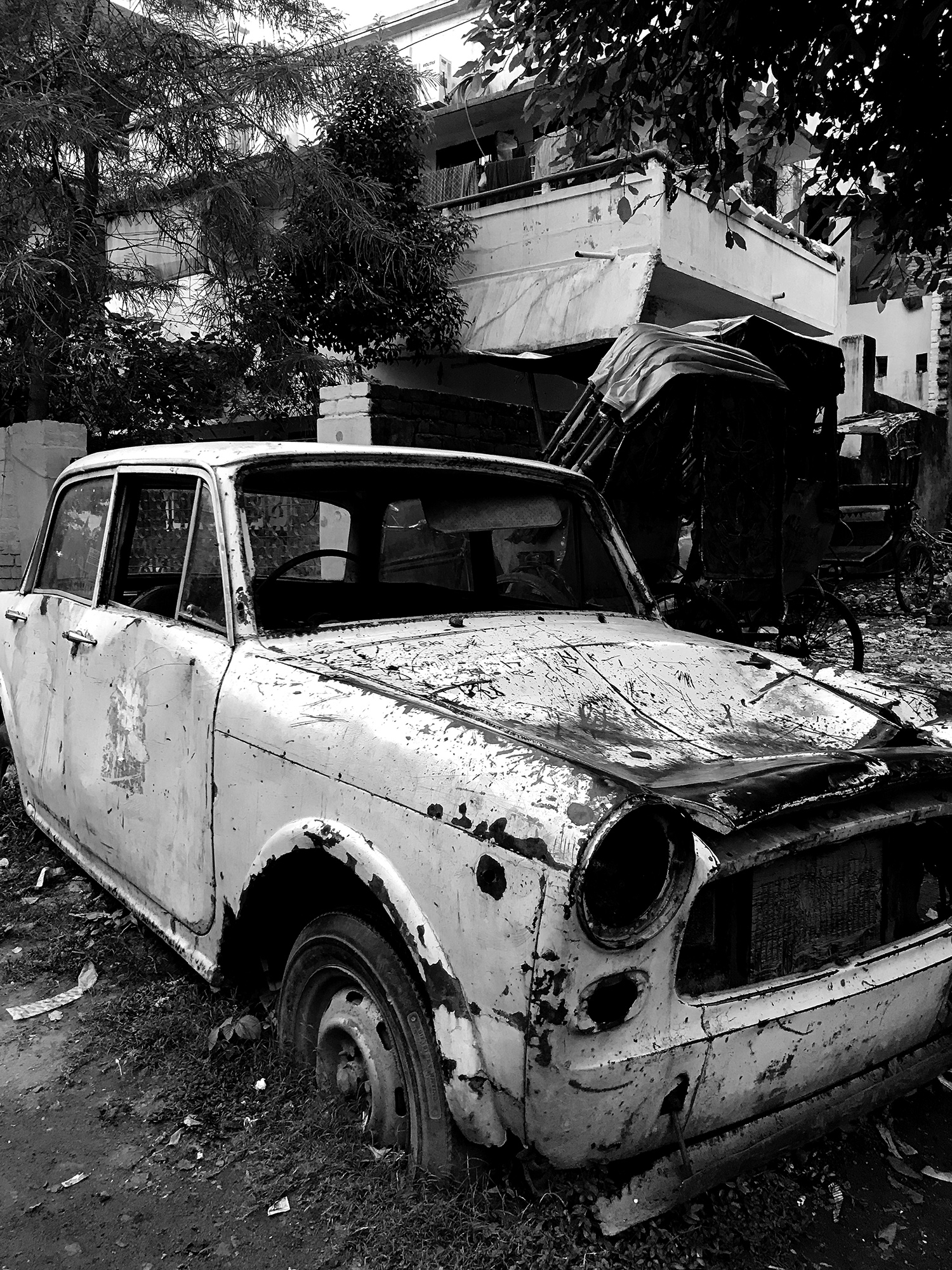 Abandoned car on the streets of Patna.