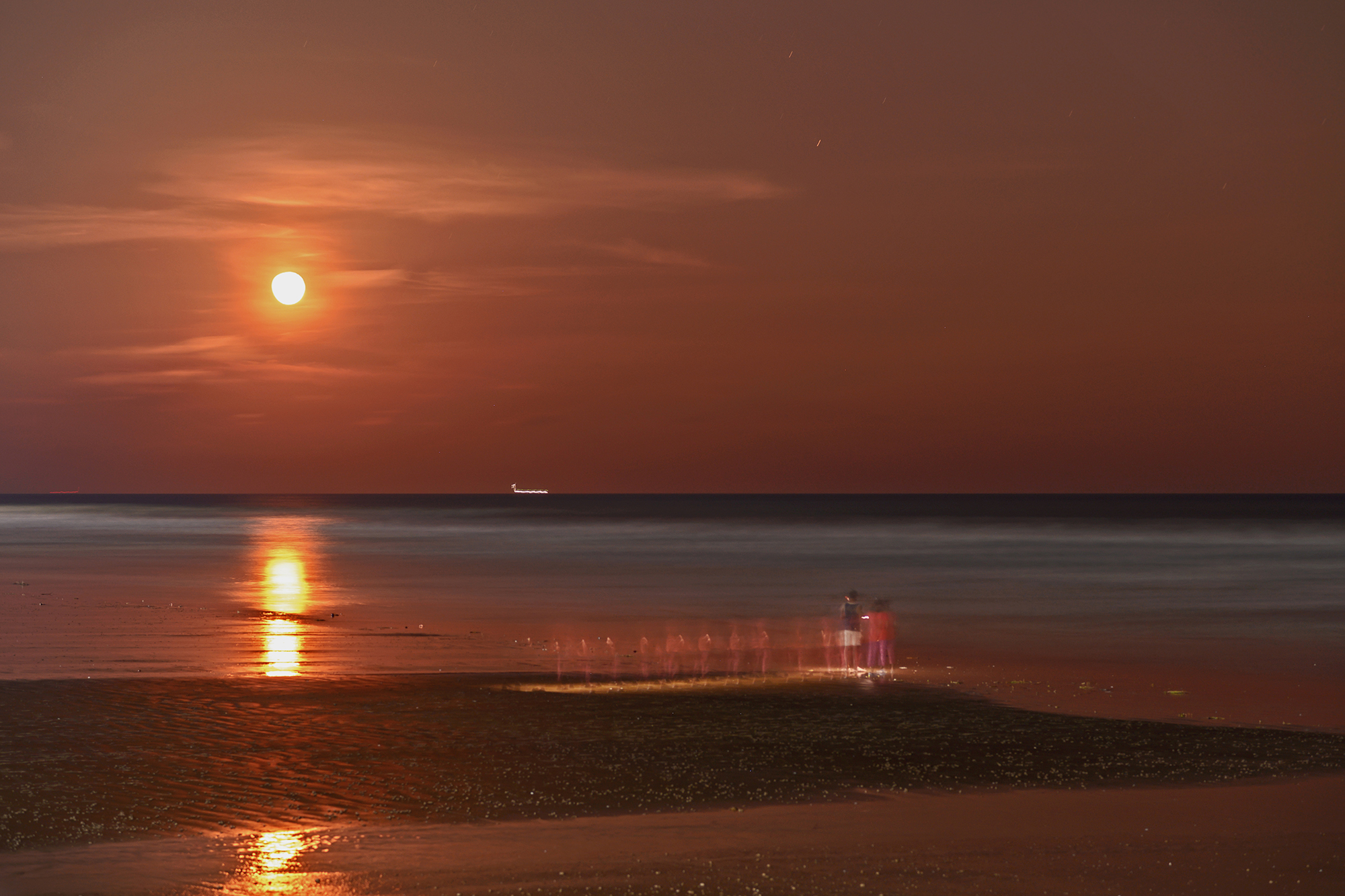 I wonder if the sea is violent every day or it is also under the spell of the full moon that is supposed to turn on a bit of madness in all of us... and i clicked this photo a day after full moon. Its really beautifull moment.