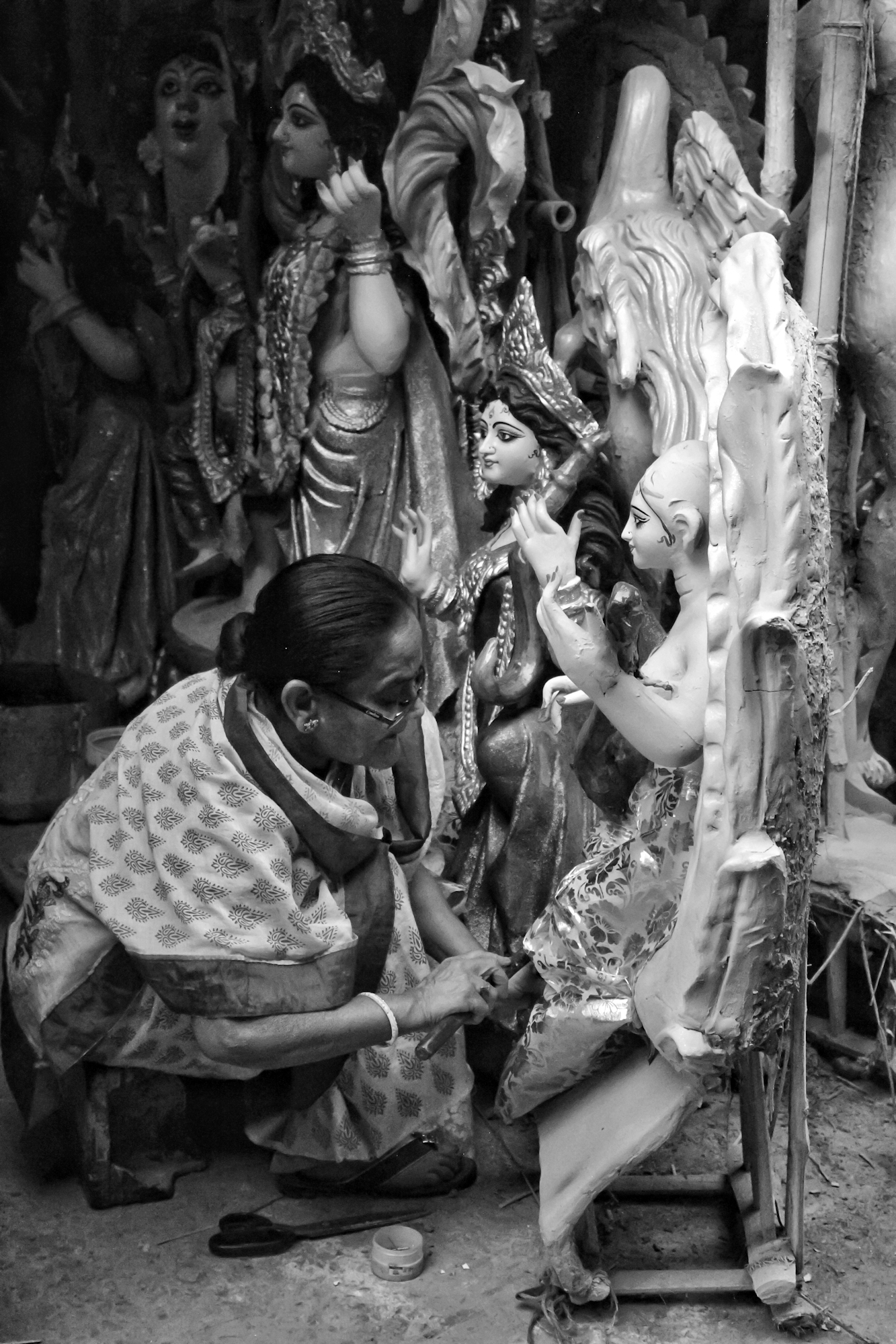 This is not an uncommon sight in Kumortuli, North Kolkata. A number of amazing women can be seen crafting the finest idols, tailoring the most beautiful clothes for the idols or decking up the most colorful patterned jewelry for the idols. If women power needs a face, this be it,