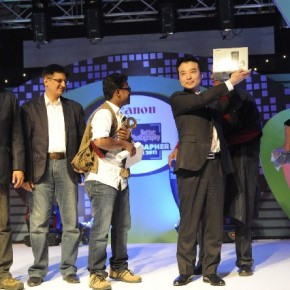 Seiji Hamanishi, the Assistant Director, ICP division, Canon India shows off the grand prize, the Canon EOS 7D