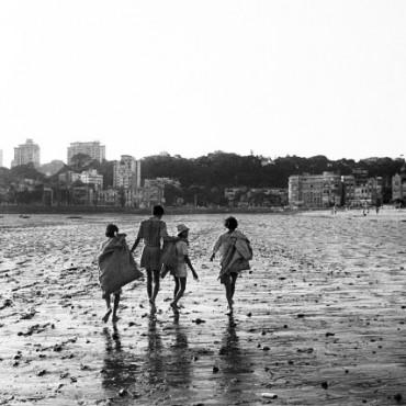 Gang of Ragpickers on Chowpatty beach. Bombay, circa 1979. Photograph/ Pablo Bartholomew