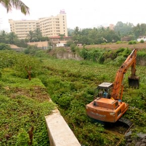 The minute the river enters the city, it changes colour. There are quite a few hurdles like rubble that cause flooding during the monsoon. Here, the weeds are being cleared just before the monsoon. Photograph/Gopal MS