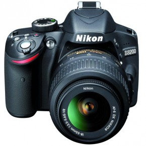 The grip of the camera is quite firm, despite the small size of the body. The camera's styling is almost identical to the D3100. One difference is that the camera has an infrared receiver, which was missing in the predecessor.