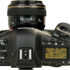 The top of the camera would be familiar to older Canon users. The flash exposure lock button from earlier flagships is now a customisable button right next to the command dial. WhiteBalance can also now be directly accessed.