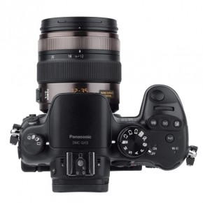 The camera looks just like any entry-level DSLR. On the top, there are four buttons, one of which can be customised. There are two microphones placed around the hot shoe.