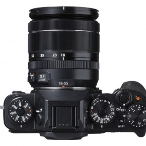 The top panel seems largely inspired by the Nikon Df, but the dials are better To handle an easier to operate. Also like previous Fujifilm cameras, the Expoure Compensation dial is intuitively to the right. The Drive mode dial is a little too loose.