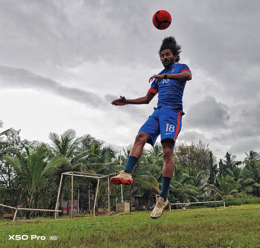 This image of Jayesh, mid-air, was photographed using the Pro Sports mode. The camera does an excellent job in maintaining focus even when the subject is on the move. Photograph by Conchita Fernandes